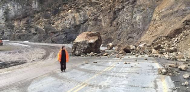 Karayoluna dev kaya düştü